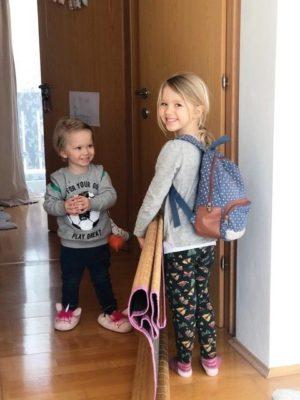 """Annika und Emil im """"zuhause-Kindergarten"""" am Weg zum Turnen"""