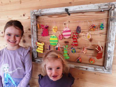 Emma und Mara mit ihren Salzteigkunstwerken