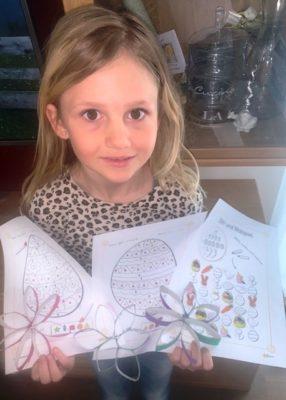 Lea-Marie mit ihren Kunstwerken