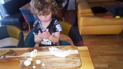 Thiago beim Salzteigkneten
